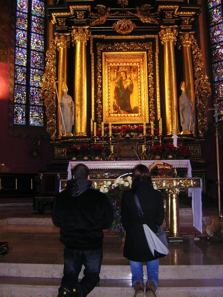 Tomek z siostrą po Mszy św. w Katedrze